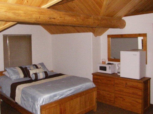 600-x-450_queen-bed_euro-lounge_lodge