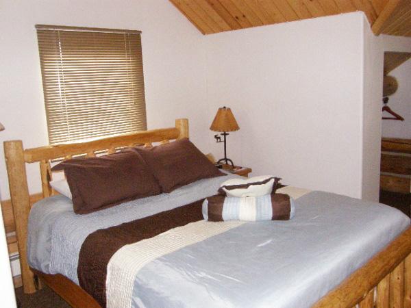 600-x-450_queen-bed_lodge