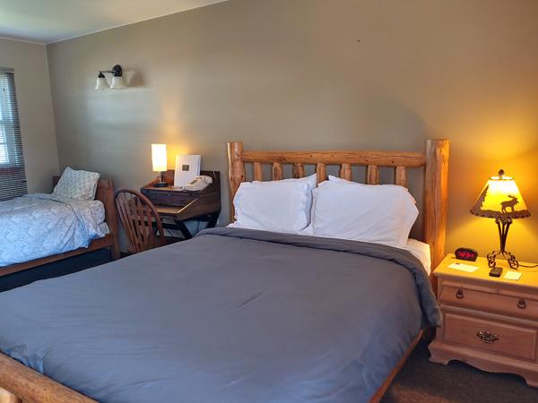 600-x-450_queen-bed_twin-sleeper_lodge_updated